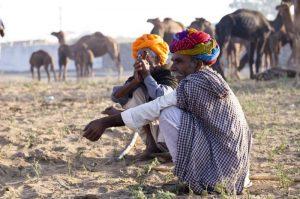 Hombres en cuclillas en la India