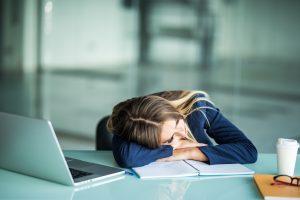 Mujer cansada sentada en la oficina